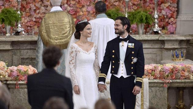 """Vor den Augen von rund 400 Gästen in der Schlosskirche sagen der Prinz und Sofia deutlich """"Ja"""". (Bild: APA/EPA/Claudio Bresciani/TT)"""