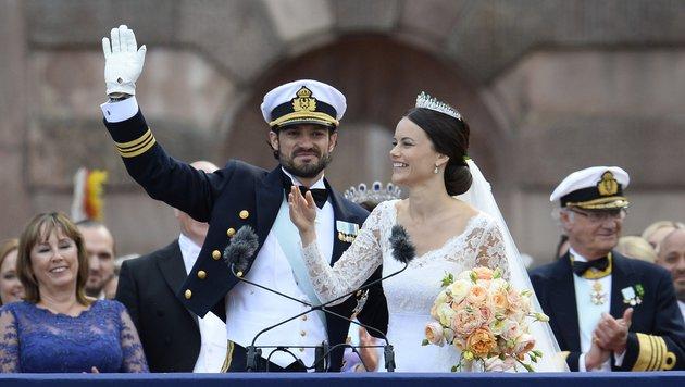 Carl Philip und Sofia winken. (Bild: AFP/JONATHAN NACKSTRAND)