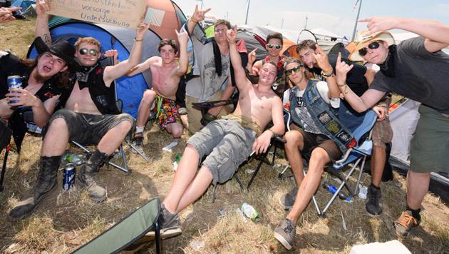 Genießen das Nova Rock in vollen Zügen: Besucher am Campingplatz (Bild: APA/HERBERT P. OCZERET)
