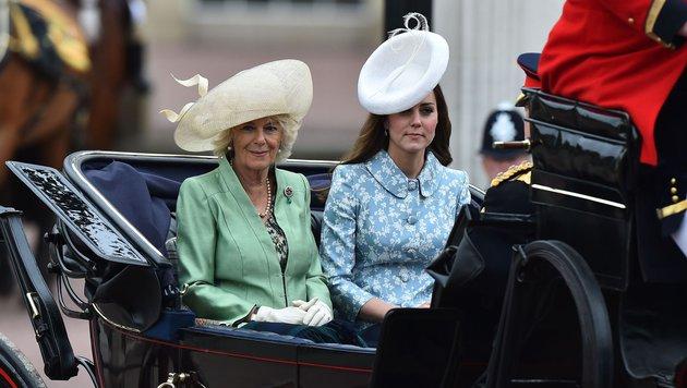 Kate sitzt neben Camilla und Prinz Harry in einer Kutsche. (Bild: AFP)