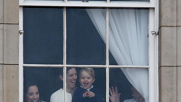 Charlottes Bruder George schaut durch ein Fenster des Buckingham-Palastes dem Treiben zu. (Bild: EPA)