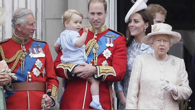 Prinz George winkt am Arm seines Vaters mit Mama Kate, Opa Charles, Onkel Harry und Queen Elizabeth. (Bild: AP)