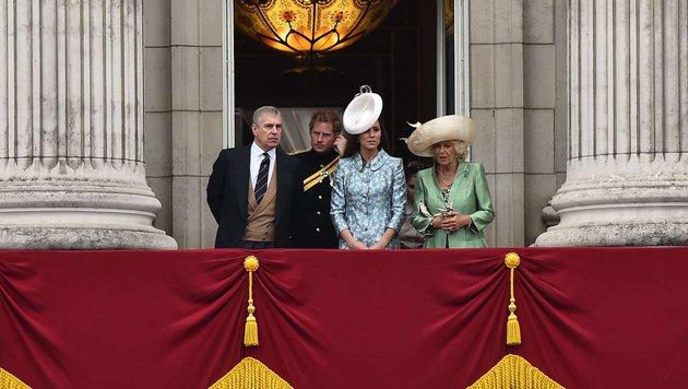 Prinz Andrew, Prin Harry, Herzogin Kate und Herzogin Camilla während der Parade am Palast-Balkon. (Bild: AFP)