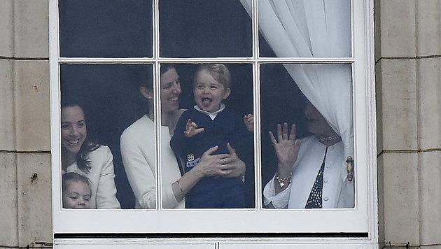 Mit großer Begeisterung beobachtet Prinz George seine Mami bei der Queen-Parade. (Bild: EPA)