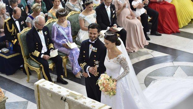 Vor zahlreichen königlichen Gästen geben Carl Philip und Sofia Hellqvist sich das Jawort. (Bild: Jonas Ekstromer/TT via AP)