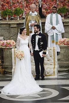 Bei der Zeremonie strahlte die Braut, die ein Kleid der schwedischen Designerin Ida Sjöstedt trug. (Bild: AP)