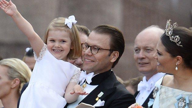 Estelle bekam für die Hochzeit einen neuen Haarschnitt und trug natürlich eine Schleife im Haar. (Bild: AFP/JONATHAN NACKSTRAND)