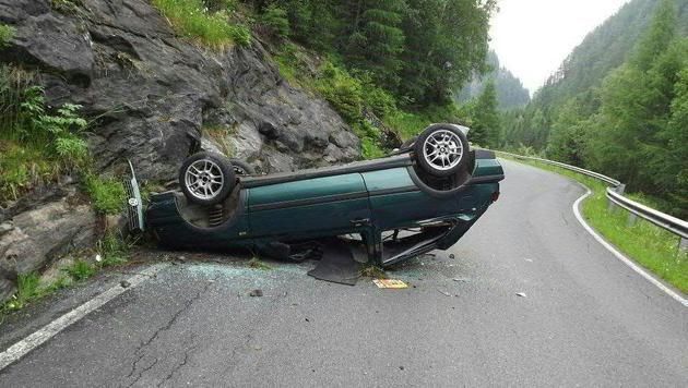Betrunkener (22) mit Auto 20 Meter abgestürzt (Bild: APA/LPD KÄRNTEN)