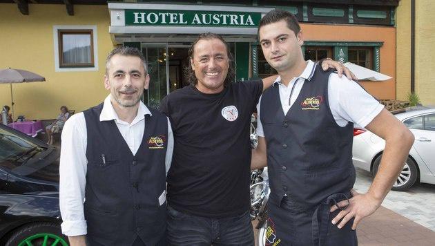 Hotelier Alfred Hollaus (Mitte) mit seinen Mitarbeitern Nescha und Pavle (Bild: NIKOLAUS FAISTAUER)