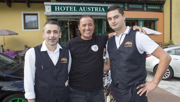 Ein aufmerksamer Hotelier: Alfred Hollaus mit Nescha und Pavle - froh, dass das Duo gefasst ist. (Bild: Nikolaus Faistauer)