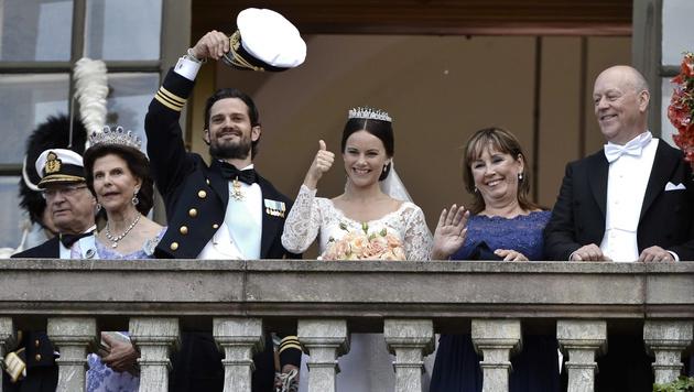 Grüße vom Balkon von Carl Philip und Sofia sowie den Eltern des Brautpaares (Bild: AP)
