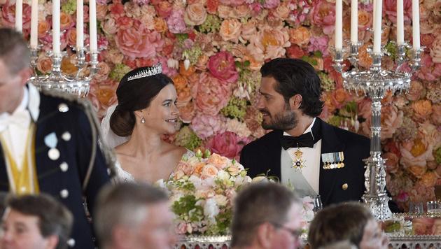 Verliebte Blicke beim Hochzeitsdinner im königlichen Palast zwischen Sofia und Carl Phlip (Bild: AP)