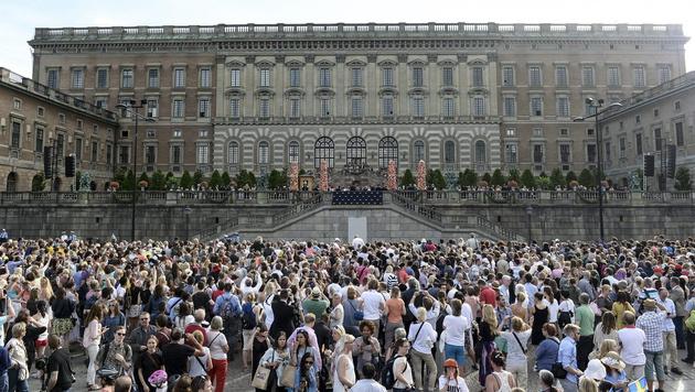 Tausende waren zum königlichen Palast gekommen, um einen Blick auf das Brautpaar zu erhaschen. (Bild: APA/EPA/Fredrik Sandberg/TT)
