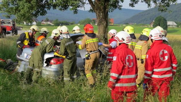 Zweifache Mutter mit Pkw gegen Baum geprallt - tot (Bild: FF St Georgen im Attergau)
