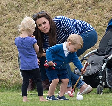 Ob der Mini-Prinz bald in Papas Fußstapfen tritt? (Bild: Viennareport)