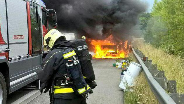 Das Fahrzeug stand beim Eintreffen der Feuerwehr bereits in Vollbrand. (Bild: APA/CHRISTOPH SORGNER)