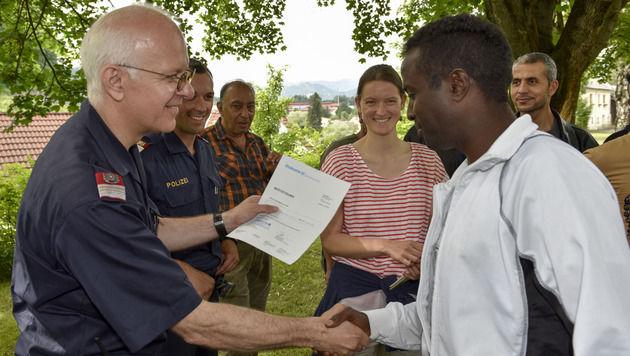 """""""Zeugnisübergabe"""" nach dem Training mit Rudolf Pöschl (li.) (Bild: Landespolizeidirektion Steiermark/Maximilian Ulrich)"""