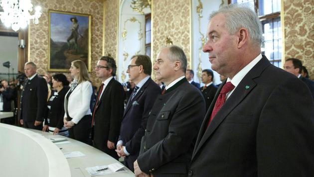 Neo-Landeshauptmann Schützenhöfer und seine Regierungskollegen (Bild: APA/ERWIN SCHERIAU)