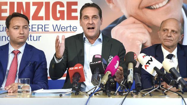 FPOÖ-Chef Manfred Haimbuchner, Heinz-Christian Strache und der Salzburger FP-Chef Andreas Schöppl (Bild: APA/HELMUT FOHRINGER)
