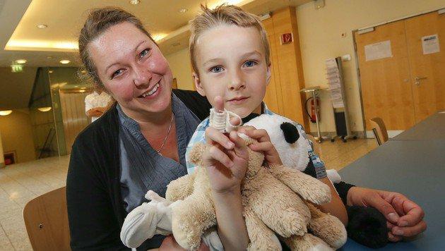 Anton (4) im Arm seiner glücklichen Mama Margit Leberbauer: Stolz zeigt er  den geretteten Finger (Bild: MARKUS TSCHEPP)
