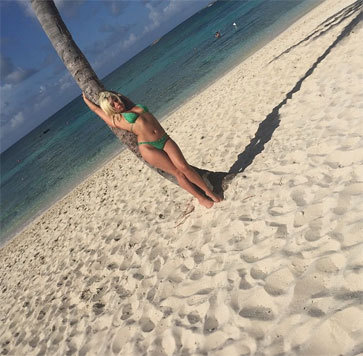 Sinnlich: Lady Gaga schmiegt sich im knappen grünen Bikini an eine Palme. (Bild: instagram.com/ladygaga)