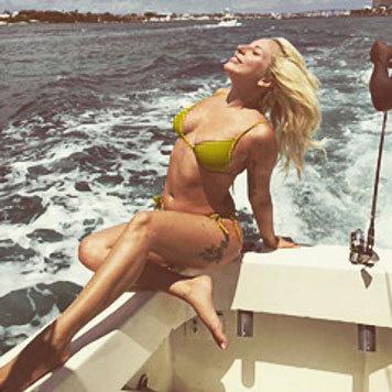 Lady Gaga genießt den Fahrtwind auf einem Boot. (Bild: Viennareport)