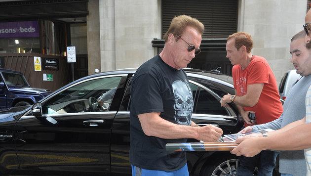 Arnold Schwarzenegger gibt in London Autogramme. (Bild: Viennareport)