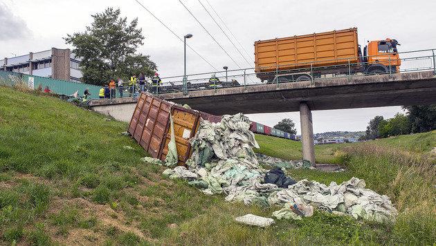 Zug katapultiert Lkw-Anhänger von Brücke (Bild: FF Krems/M.Wimmer)