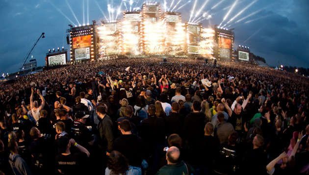 100.000 Fans strömten zum ersten von vier Gigs der Onkelz am Hockenheimring. (Bild: APA/EPA/Daniel Naupold)
