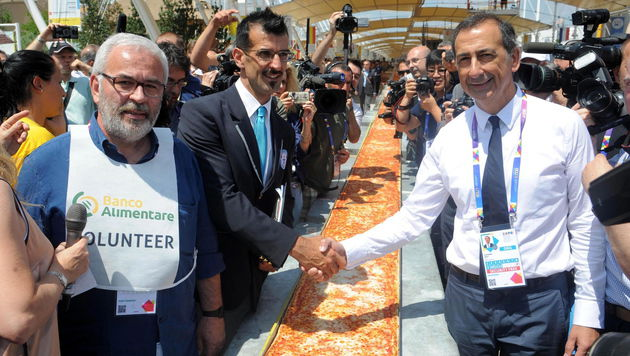 Guinness-Weltrekord-Richter Lorenzo Veltri (links) gratuliert Expo-Chef Guiseppe Sala. (Bild: APA/EPA/DANIELE MASCOLO)