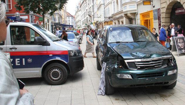 Vor der Polizeistation in der Schmiedgasse hielt Alen R. an und lie� sich festnehmen. (Bild: Christian Jauschowetz)
