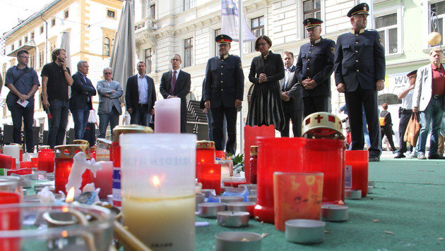 Die damalige Innenministerin Johanna Mikl-Leitner und die Polizei-Spitze an einem der Tatorte (Bild: Christian Jauschowetz)