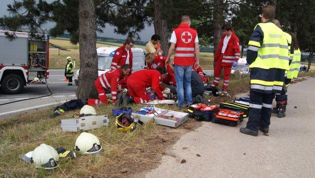 Das Rote Kreuz versorgte die Verletzten, nachdem die Feuerwehr die Opfer geborgen hatte. (Bild: APA/FF/SCHEURINGER)