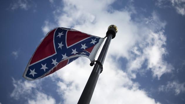 Die Konföderierten-Flagge sorgt nach dem Kirchenmassaker für emotionale Debatten. (Bild: APA/EPA/JOHN TAGGART)