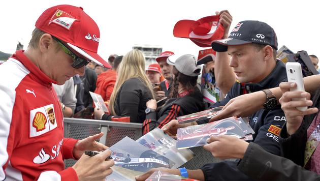 Kimi Räikkönen schreibt Autogramme. (Bild: APA/HERBERT NEUBAUER)