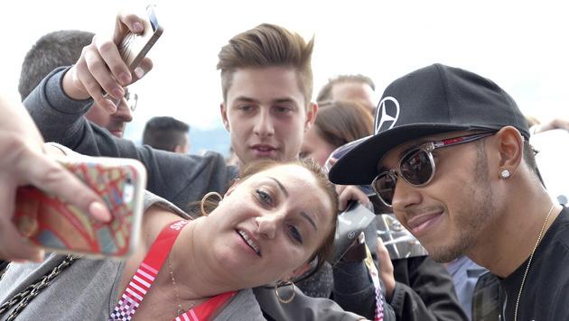 Selfies mit Lewis Hamilton (Bild: APA/EPA/HERBERT NEUBAUER)