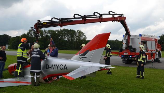 Ohne ausgefahrenes Bugfahrwerk setzte das Kleinflugzeug zur Landung an. (Bild: APA/BFKDO SCHۀRDING)