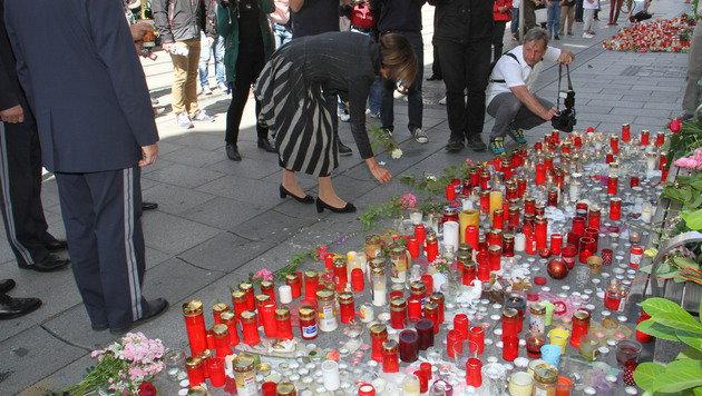Die Ministerin legte weiße Rosen ab. (Bild: Christian Jauschowetz)