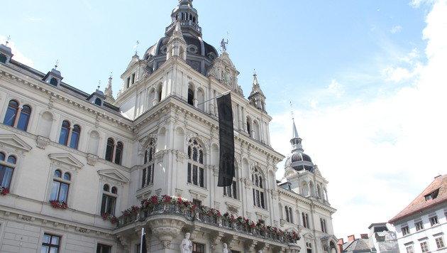 Die schwarze Flagge weht am Grazer Rathaus. (Bild: Christian Jauschowetz)
