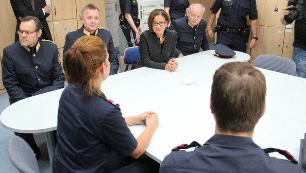 Die Ministerin lässt sich die Festnahme des Täters schildern. (Bild: Christian Jauschowetz)