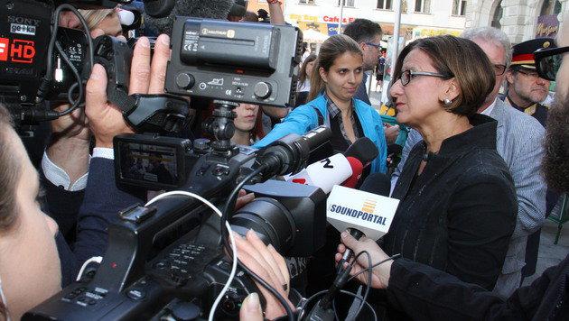 Mikl-Leitner stellte sich am Hauptplatz den Fragen der Presse. (Bild: Christian Jauschowetz)