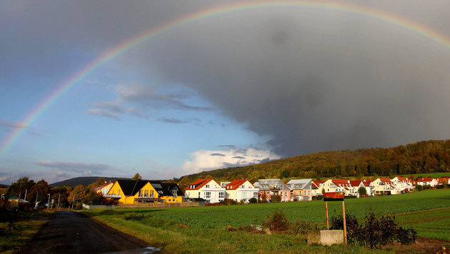 Sonnenphasen und Regenschauer wechseln einander ab (Bild: APA/dpa/Stefan Rampfel (Symbolbild))