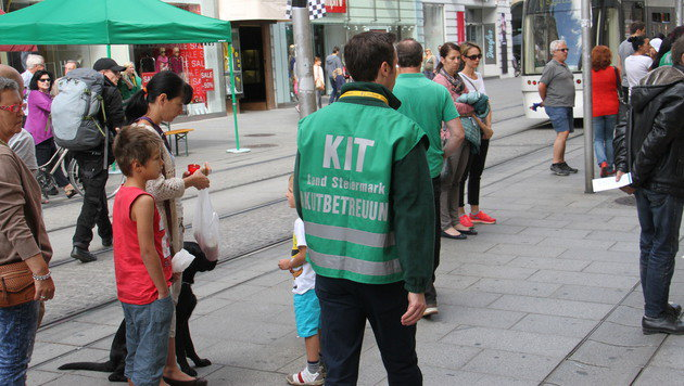 Mitarbeiter des Kriseninterventionsteams sind in der Innenstadt unterwegs. (Bild: Christian Jauschowetz)
