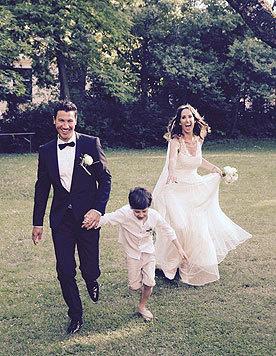 Kati Bellowitsch mit Sohn Laurenz und ihrem Ehemann Daniel: Da laufen sie ins Glück! (Bild: Privat)