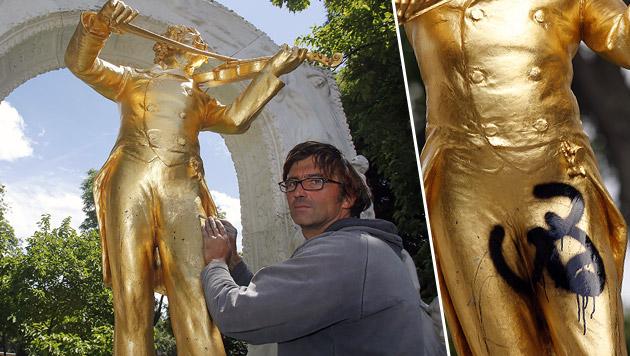 Strauss-Denkmal mit obszönem Graffito verunstaltet (Bild: Martin A. Jöchl)