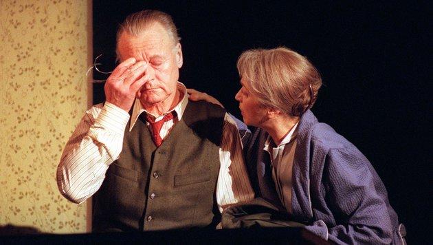 """Helmuth Lohner und Christine Ostermayer 1995 als seine Frau Linda """"Tod eines Handlungsreisenden"""". (Bild: APA/SCHLAGER R.)"""