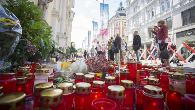 Kerzen für die Opfer nach der Amokfahrt in Graz (Bild: APA/ERWIN SCHERIAU)