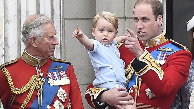 Prinz George mit Großvater Charles und Papa William (Bild: APA/EPA/FACUNDO ARRIZABALAGA)