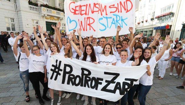 Eltern und Schüler gingen in Baden für den suspendierten Professor auf die Straße. (Bild: Reinhard Judt)