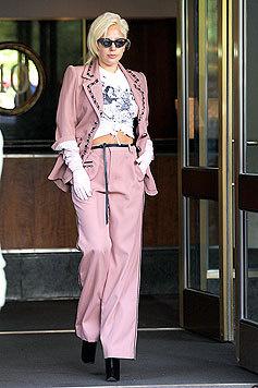 Lady Gaga vor ihrem New Yorker Apartmenthaus - im rosa Hosenanzug und obszönen T-Shirt. (Bild: Bullspress)